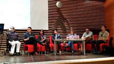 Jóvenes debatiendo en el foro