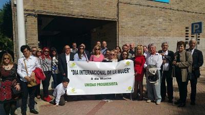 Foto de grupo en la puerta del CEU Cardenal Herrera de Elche con la pancarta de UP - Día  Internacional de la Mujer.jpg