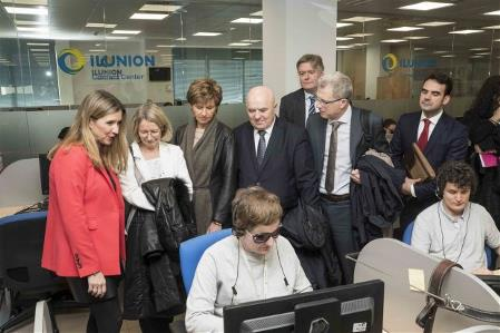 Fotografía durante la visita de la Comisión de Mercado Interior y Protección al Consumidor del Parlamento Europeo al centro que ILUNION Contact Center tiene en Madrid.jpg