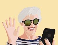 La imagen muestra a una mujer mayor riendo con gafas de sol y pelo blanco. En la mano izquierda lleva un móvil tipo smartphone y dirige la cara hacia la pantalla; la mano derecha está levantada como s