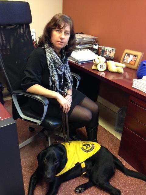 Gemma León y Jupy un cachorro de un año que acaba de comenzar su adiestramiento