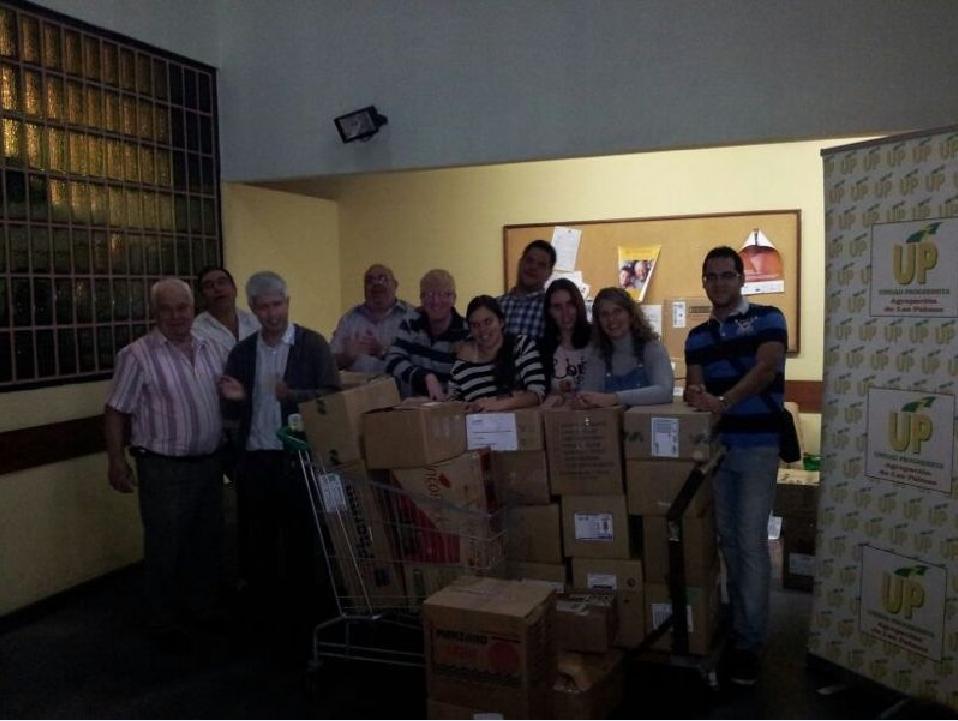 Jovenes de la sección de Las Plamas recogen alimentos en jugetes para los más necesitados