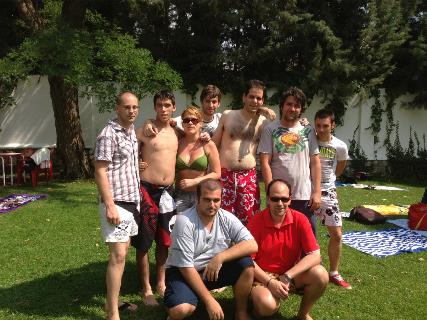 Jovenes en la piscina